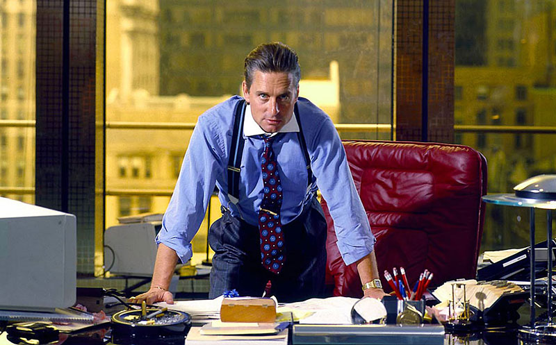 De iconische pose van 'Gordon Gekko' (gespeeld door Michael Douglas) in de cultfilm Wall Street uit 1987 van Oliver Stone. Deze film zorgde werkelijk voor een totaal nieuwe herbeleving van het overhemd bij jonge bankiers en beleggers. Door de witte boord, dasspeld en bretels werd dit het nieuwe beeld van de geslaagde zakenman in Amerika (en zelfs in Europa en Azië) in de jaren '80.